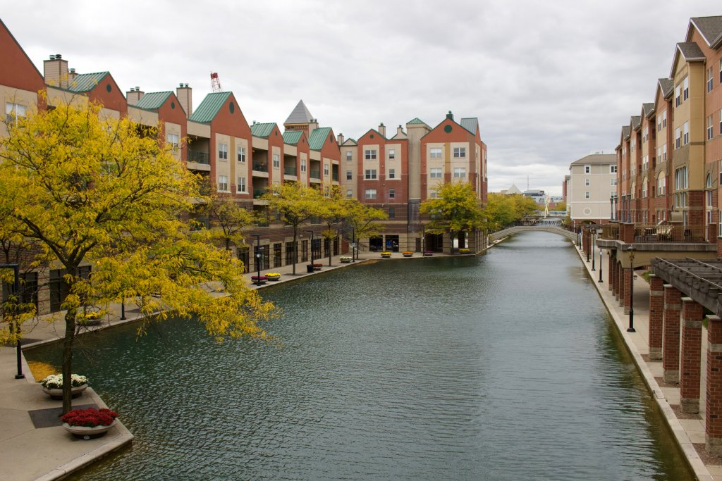 Amenity apartments and leaves changing colors along the Canal Walk in downtown Indianapolis, USA. ©KettiWilhelm2019